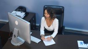 友好的顾客服务代理在电话中心 免版税库存照片