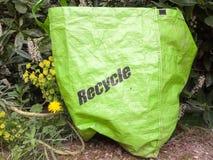 友好的eco回收绿色长寿袋子外面在groun 免版税图库摄影