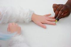 友谊使用指甲油的概念女孩 库存照片