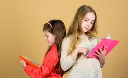 友谊和妇女团体 读书的学生 学校项目 写的作业簿 r 小女孩 库存照片