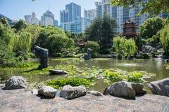 友谊和都市风景中国庭院  免版税库存照片