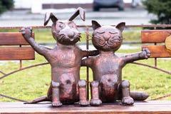 友谊猫和狗雕象的标志 库存照片