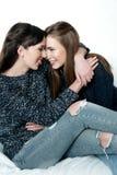 友谊的年轻和美丽的姐妹,分享喜悦,信任, l 免版税图库摄影