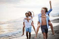 友谊自由小组假期海滩夏天休假概念 库存图片