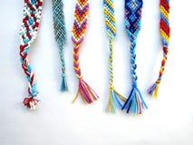 友谊镯子由与辫子的螺纹制成在白色背景 免版税库存图片