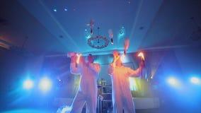 双人侍酒者玩杂耍的火焰状瓶 股票视频
