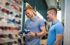 双人决定新的体育鞋子 库存图片