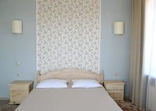 双人床在一个现代旅馆客房 免版税图库摄影