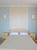 双人床在一个现代旅馆客房 库存照片