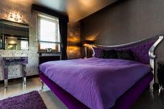 双人床在侈奢的卧室 免版税图库摄影