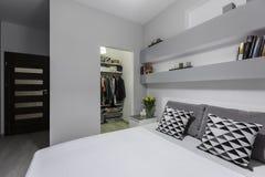 双人床在卧室 库存照片