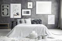 双人床在舒适卧室 图库摄影
