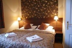 双人床旅馆客房 免版税库存照片