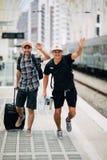 双人旅客错过或晚在火车和赛跑在平台的火车以后在火车站 汽车城市概念都伯林映射小的旅行 免版税库存图片