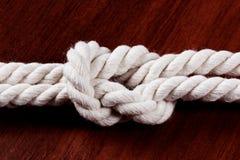 双八图结绳索 在黑暗的桌上的白色绳索 库存照片