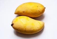 双在孤立白色背景中成熟黄色芒果 库存照片