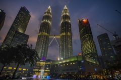 双塔或双子楼夜场面在吉隆坡,马来西亚 图库摄影