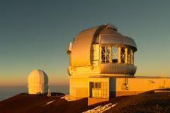 双子星座和CFH望远镜在日落 库存图片