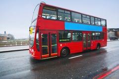 双层公共汽车在伦敦 免版税库存照片