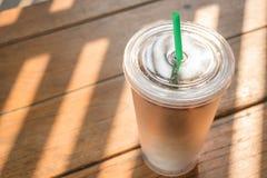 双层壁杯被冰的咖啡拿铁 库存图片