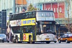 双层汽车在街市的北京,中国 免版税库存图片
