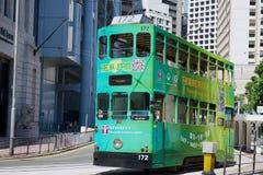双层甲板船由中部区的街道的电车通行证在香港,中国 免版税库存图片