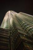 双峰塔摩天大楼在晚上 免版税库存图片