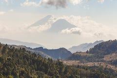 双火山在危地马拉 免版税库存照片