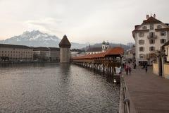 双突透镜的云彩和教堂桥梁在琉森卢赛恩,瑞士 免版税库存图片