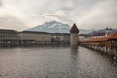 双突透镜的云彩和教堂桥梁在琉森(卢赛恩),瑞士 免版税图库摄影