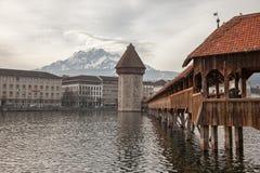 双突透镜的云彩和教堂桥梁在琉森(卢赛恩),瑞士 图库摄影
