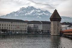 双突透镜的云彩和教堂桥梁在琉森(卢赛恩),瑞士 免版税库存图片