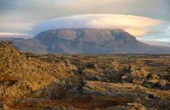 双突透镜的云彩看法在一座山的在Myvatn附近 库存图片