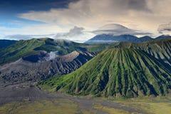 双突透镜的云彩风景在火山顶部的在Bromo登上 图库摄影