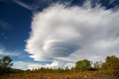 双突透镜的双突透镜的云彩 库存图片