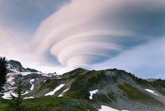 双突透镜高山的云彩 库存照片