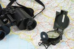 双筒望远镜、指南针和地图 库存图片