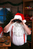 双筒望远镜他的查找圣诞老人 库存照片