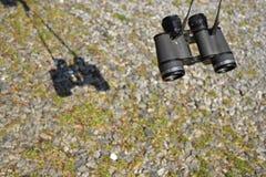 双筒望远镜和岩石 免版税库存照片