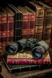 双筒望远镜和旧书 库存照片