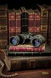 双筒望远镜和旧书 免版税库存图片