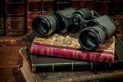 双筒望远镜和旧书 库存图片