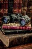 双筒望远镜和旧书 图库摄影