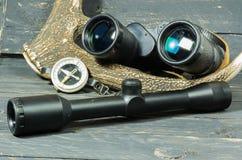 双筒望远镜和视域寻找的 猎人指南针 免版税库存图片