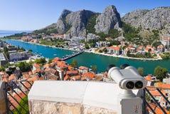 双筒望远镜和镇Omis在克罗地亚 库存图片