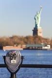 双筒望远镜城市自由新的雕象约克 免版税库存图片