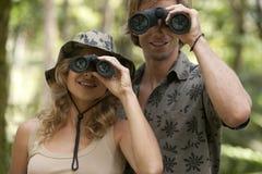 双筒望远镜夫妇 免版税图库摄影