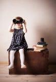 双筒望远镜女孩一点 免版税库存照片