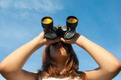双筒望远镜女孩本质观察少年 免版税图库摄影