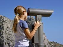 双筒望远镜女孩注意年轻人 库存图片